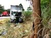 Caminhão com 2 pessoas de Muriaé bate de frente em árvore na BR-116